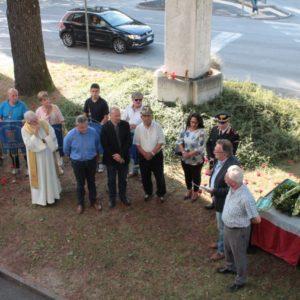 """160. 61.mo anniversario di Marcinelle e """"Giornata del sacrificio del lavoro italiano nel mondo"""": 136 rose rosse benedette al monumento dell'emigrante presso la sede ABM"""