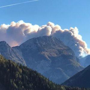 In fiamme il bosco di San Lucano. Un gigantesco incendio ha colpito l'Agordino