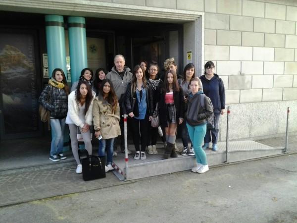 """Foto di gruppo degli studenti del """"Brustolon"""" davanti al MiM Belluno"""