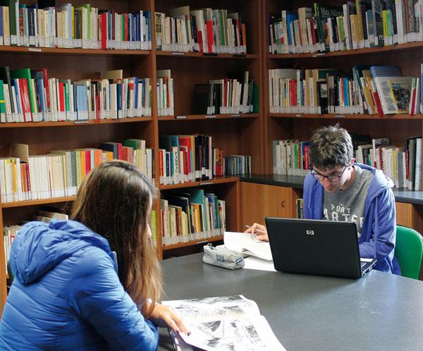 """20. Riapre la sala lettura della Biblioteca delle migrazioni """"Dino Buzzati"""". Nel rispetto delle misure anti-Covid vi è l'obbligo della prenotazione on line"""