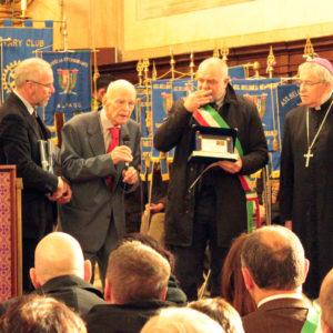 Il momento della consegna del premio a Carlo De Conz