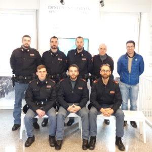 Foto di gruppo a conclusione della visita degli agenti di polizia al Mim Belluno con il direttore Abm Marco Crepaz