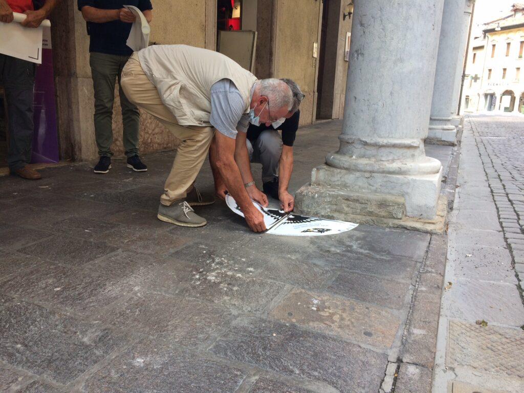 Un momento dell'installazione dei tappeti anti guano