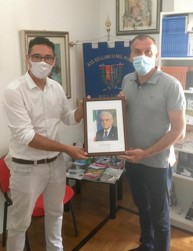 Da sinistra il direttore Abm Marco Crepaz riceve dall'on. Roger De Menech la foto del presidente della Repubblica Sergio Mattarella.