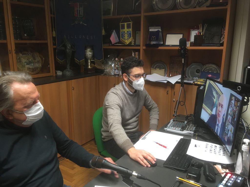 Da sinistra il presidente Abm Oscar De Bona, il direttore Abm Marco Crepaz e - collegati via Zoom - il ministro bellunese Federico D'Incà e il Direttivo ABM